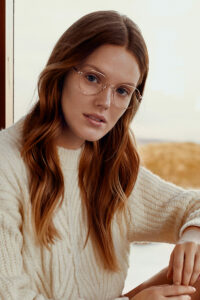 Frau mit goldener Brille. Foto: Fielmann